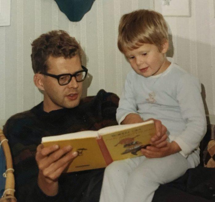 Anna Fiske som barn, leser med pappaen sin på sengekanten