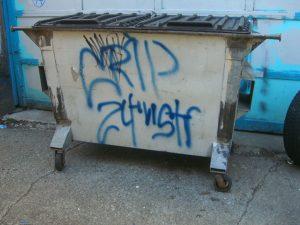 Søppledunk tagget med Crips