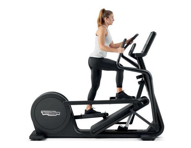 Technogym Artis Synchro crosstrainerissa voi nostaa ja laskea laitteen kulmaa pakaroiden ja alakehon harjoittelun monipuolistamiseksi