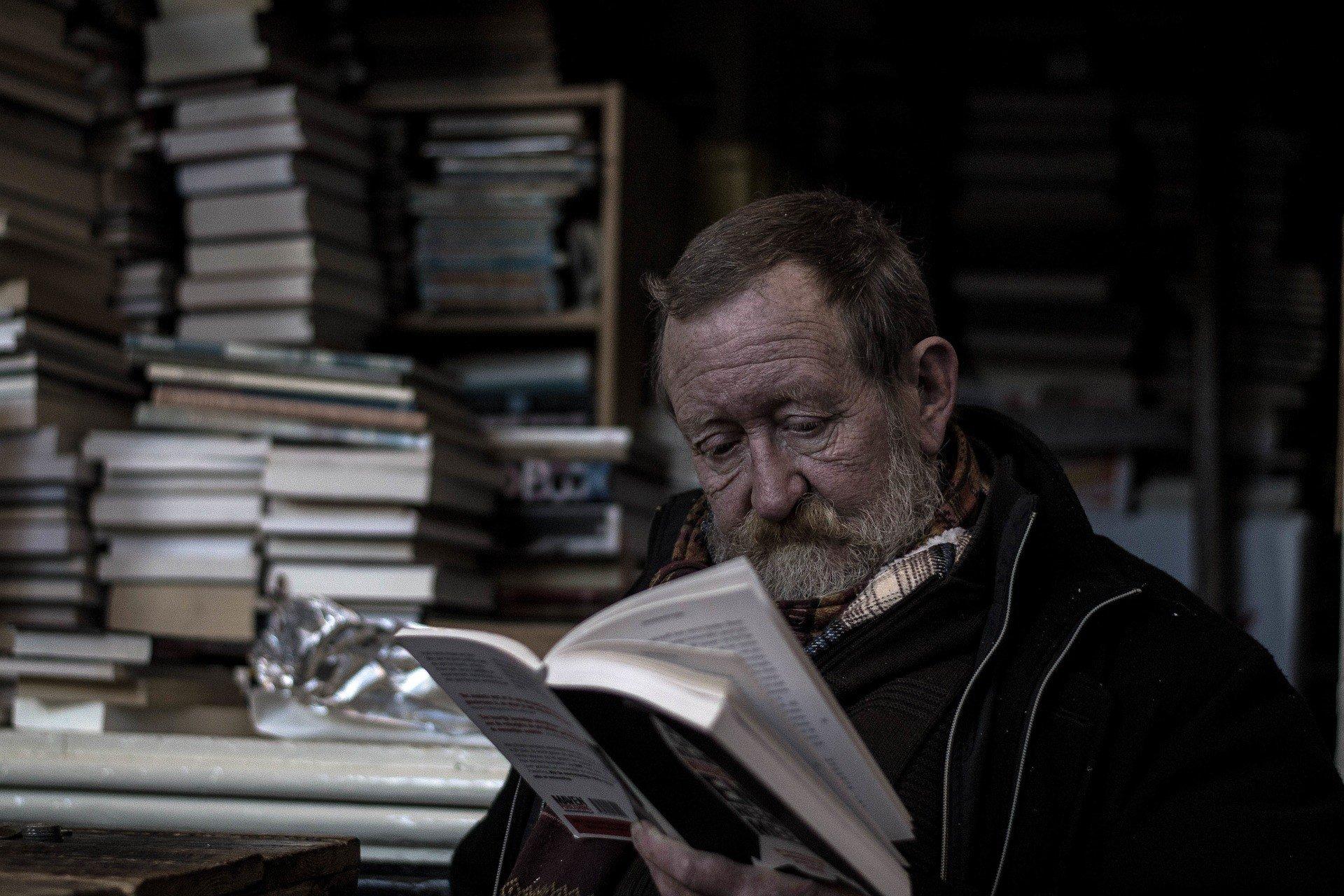 en man som läser en bok