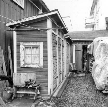 Äldre dassbyggnad fotograferad av Bengt Häger vid bebyggelseinventeringen av Härnösands stad på 1970-talet.