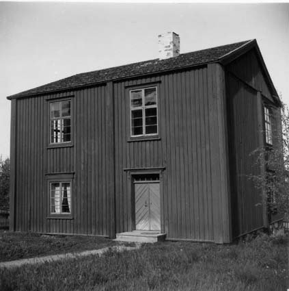 en svartvit bild på en träbyggnad