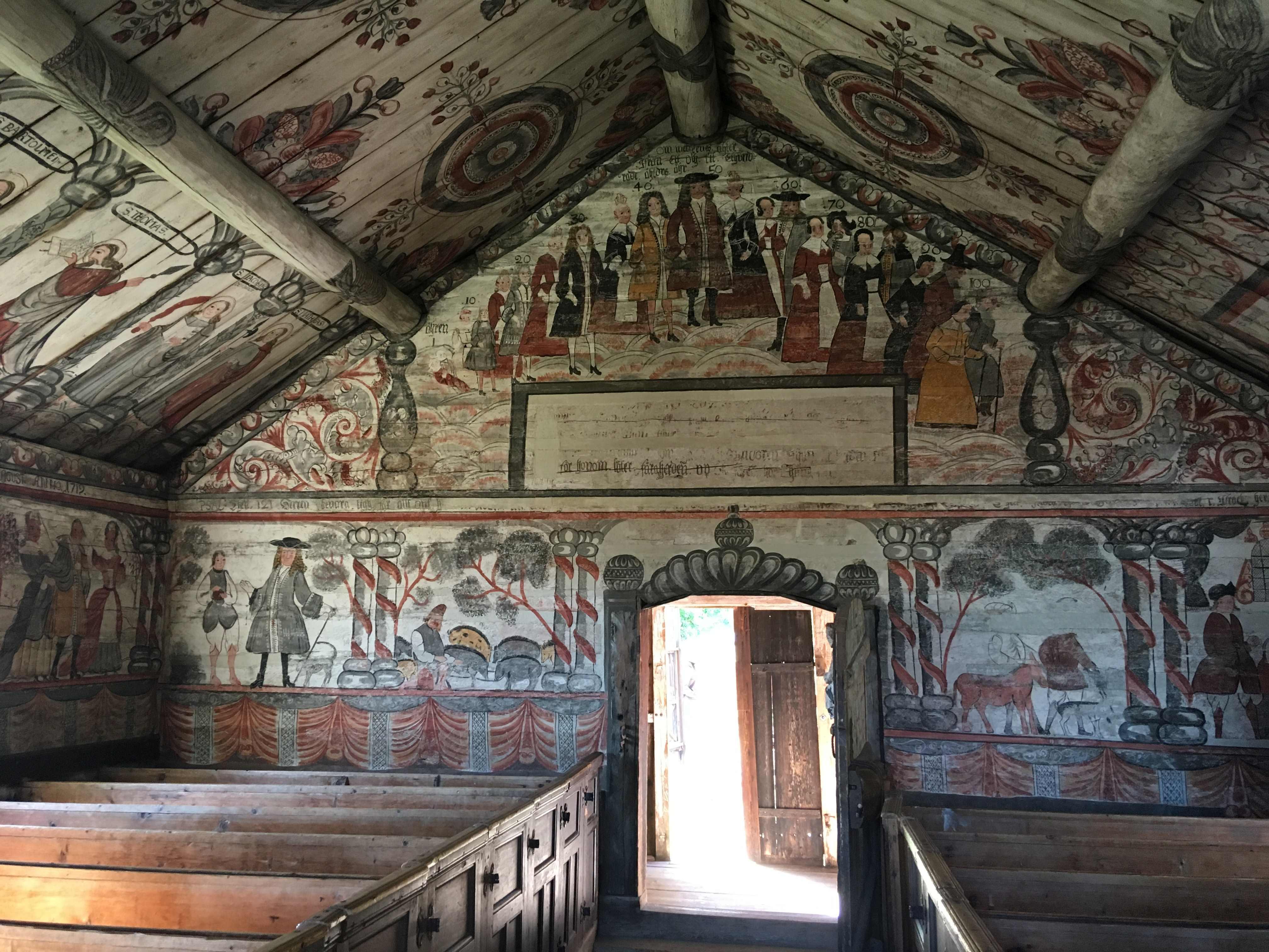 Bemålade väggar inuti en byggnad