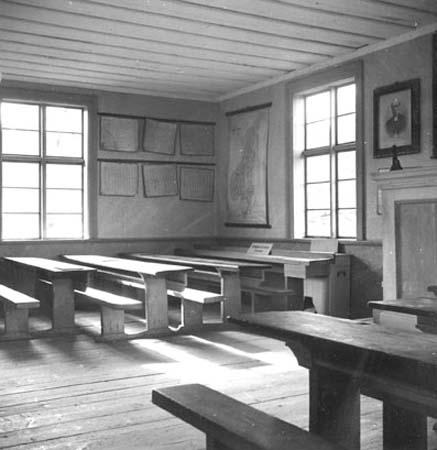 en svartvit bild på en gammal skolsal