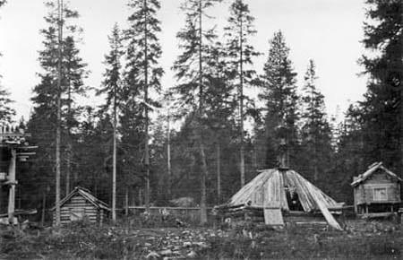 svartvitt fotografi på gamla timmerbyggnader