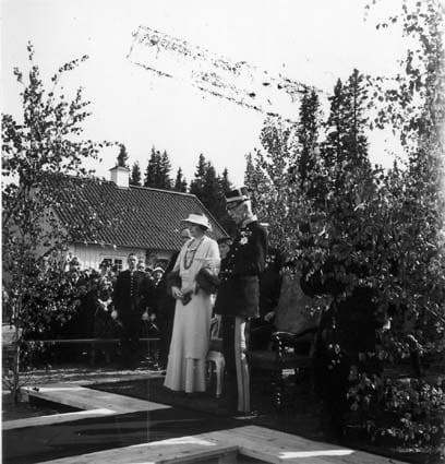 Kung Gustav V och drottning Victoria inviger Åvike herrgård 1935. I bakgrunden syns södra flygeln.