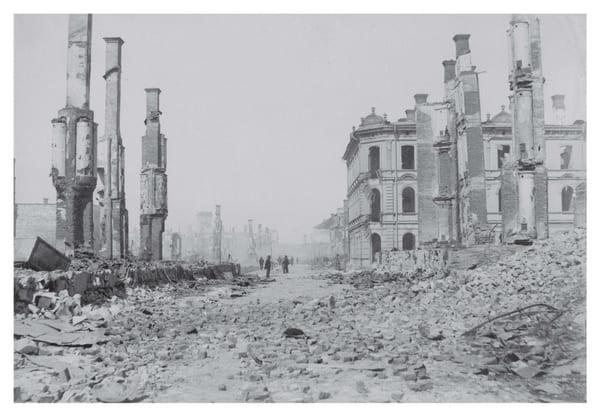 en svartvit bild på en stad i ruiner